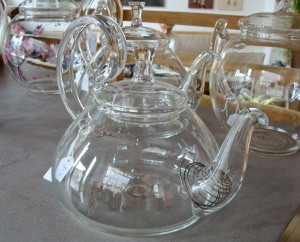 Glass tea ware in Unami