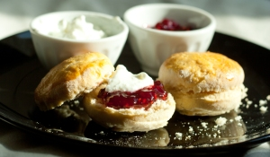 Scones with yogurt and raspberry jam